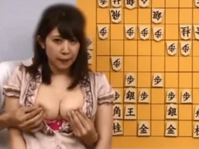 将棋の解説しながら無言でレイプされる巨乳お姉さん…乳首やクリトリスを刺激されても淡々と解説を進める…ww