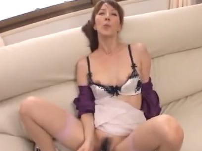 フェラ奉仕でその気になった熟女を押し倒してソファの上で激ハメ♪