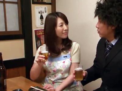 巨乳スレンダーな人妻さんを酔わせてエプロン姿のままレイプする営業マンww